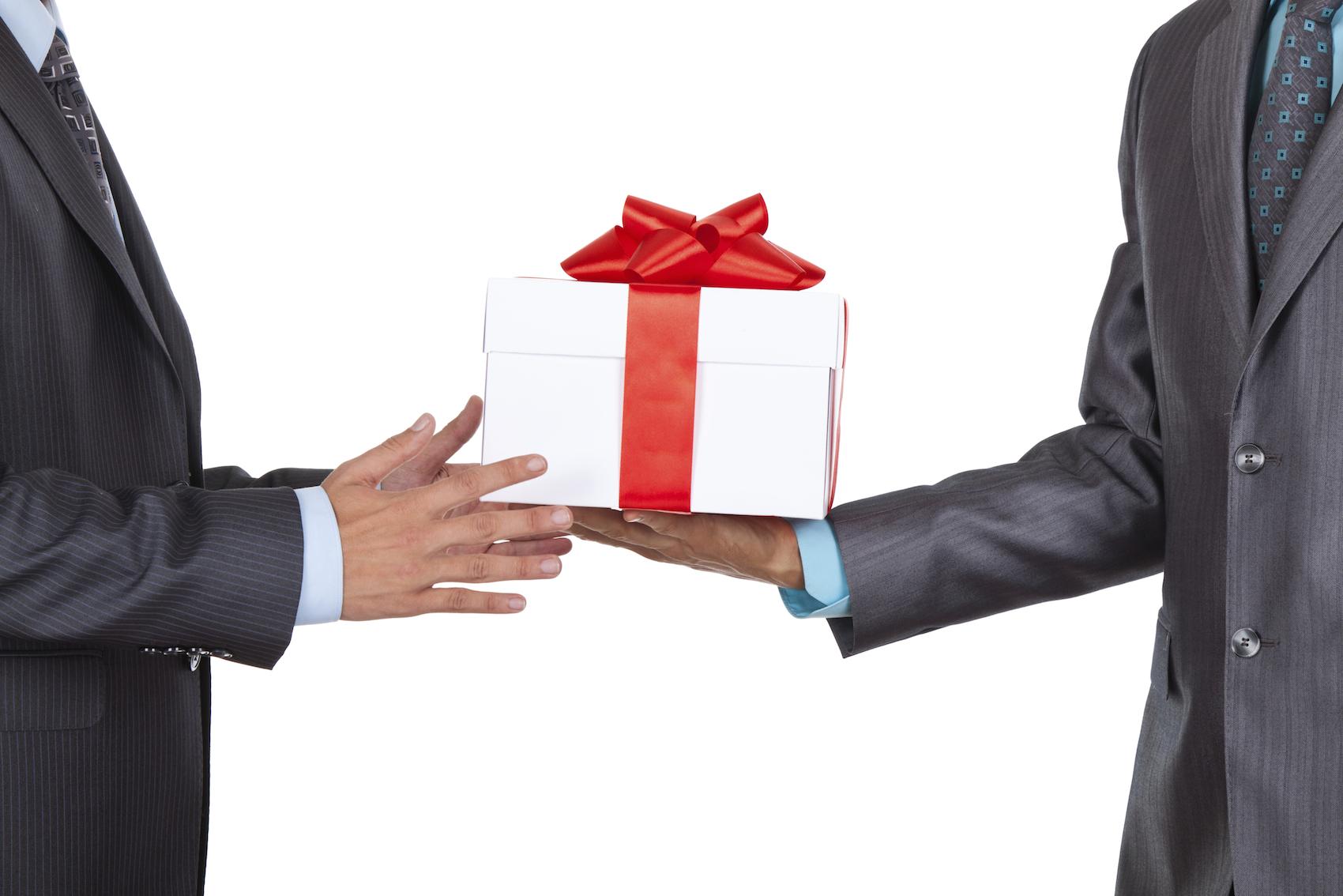 Как правильно дарить и принимать подарки этикет